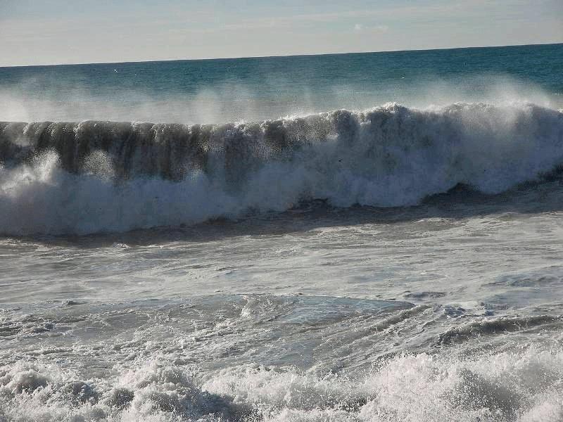 ارتفاع موج در خلیج فارس به 2.5 متر می رسد